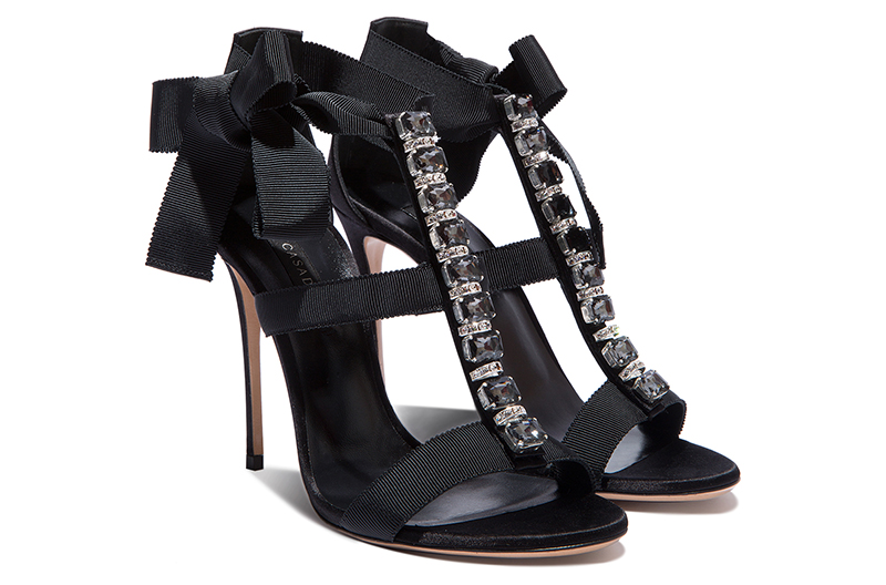 Вот уж точно любимый стиль бренда Casadei – стиль любви. Туфли с милыми бантиками тому подтверждение.