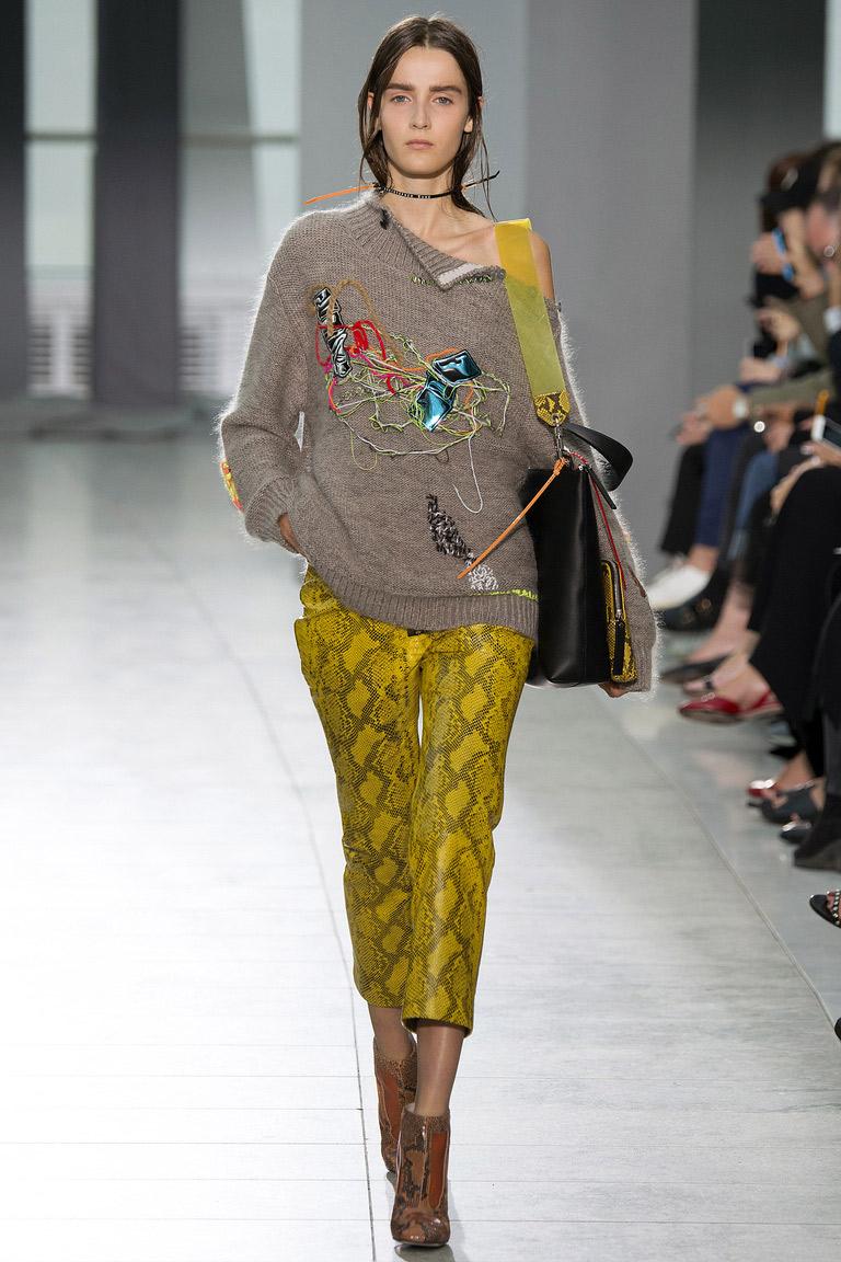 А вот и короткая модель модных брюк в сезоне весна-лето 2016 – кожаные брюки с узором под рептилию – фото новинки в коллекции Christopher Kane