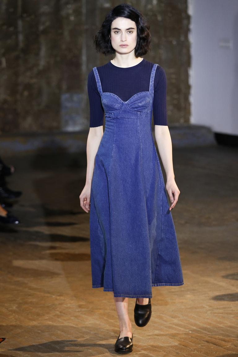Ретро-стиль в современной моде – стильный лук с джинсовым сарафаном в коллекции Creatures of Comfort