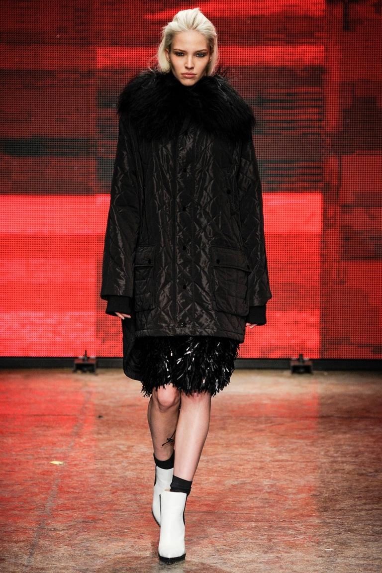 Длинная модная стеганная куртка – фото новинки от DKNY