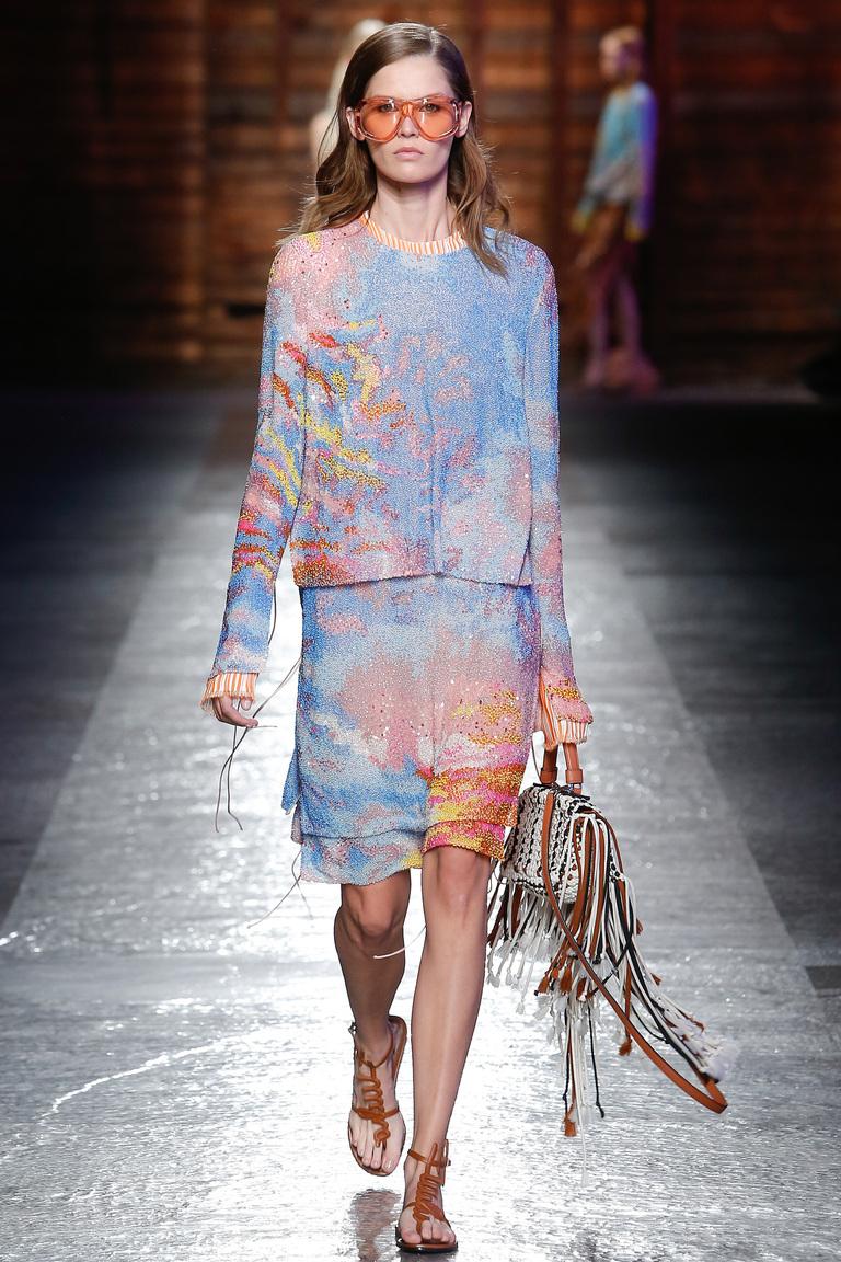 Хотите блистать и удивлять? Тогда делайте выбор в сезоне весна-лето 2016 в пользу ярких юбок миди, как в коллекции Emilio Pucci.