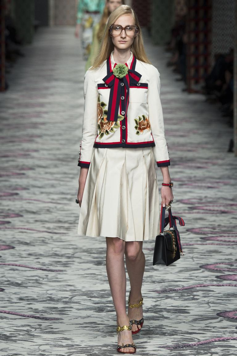 Для поклонников классического стиля модный дом Gucci представил в сезоне весна-лето 2016 милую белую юбку, которая точно займет центральное место в моде этого сезона.