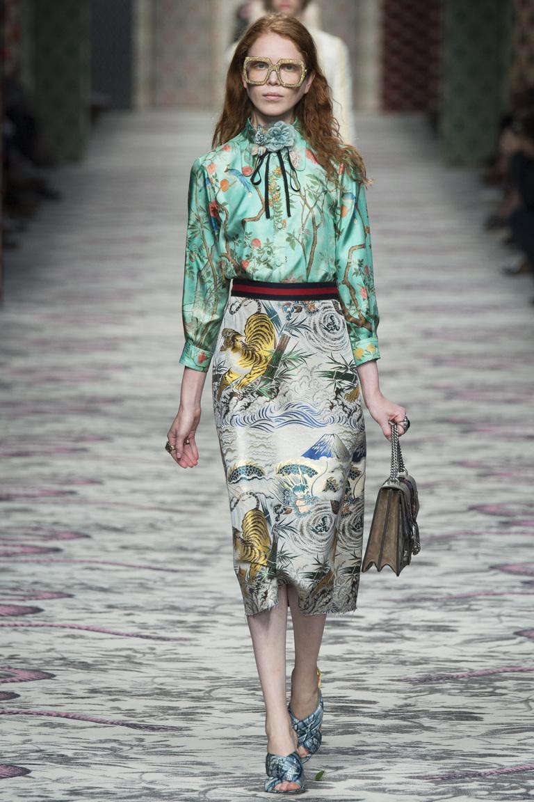 Выбирайте юбки в сезоне весна-лето 2016 с яркими рисунками, и будет Вам счастье. Все последние фото новинки и тренды сезона смотрите в нашем журнале.
