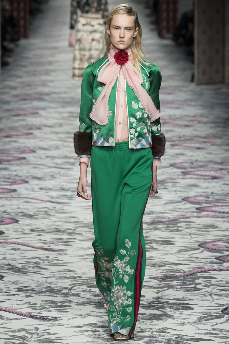 Невероятно яркий ансамбль, напоминающий ретро-стиль с модными брюками весна-лето 2016 в коллекции Gucci. Брюки с интересным декором – полосками по боками, напоминающими спортивный стиль.