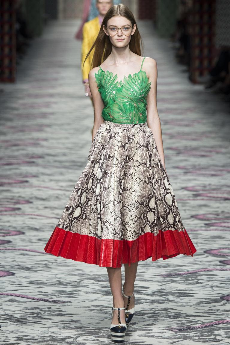 Gucci, как всегда радует невероятно-стильными луками, как например, кожаная модная юбка из коллекции весна-лето 2016. Эта модель достойна звания ВЕЩЬ СЕЗОНА.