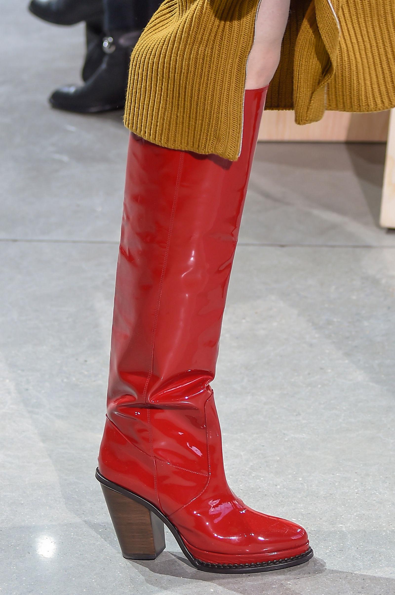 Красные лакированные сапоги в коллекции Lacoste на неделе моды осень-зима 2016-2017 в Нью-Йорке
