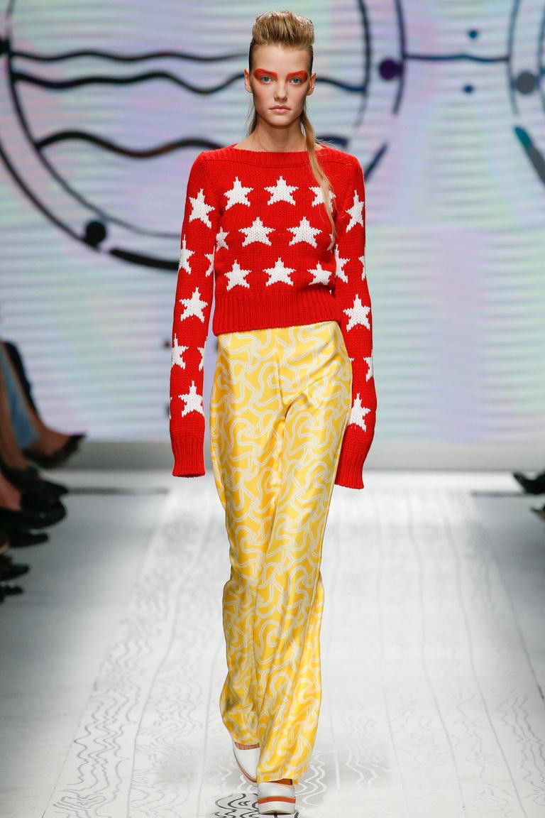 Оригинальный лук со свободными брюками весна-лето 2016 с коротким красным свитером – фото новинки в коллекции Max Mara