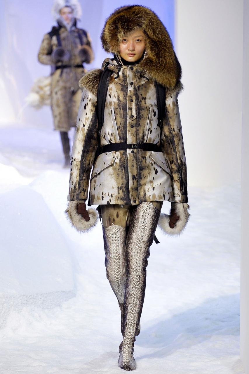 Оригинальное пальто на синтепоне с несимметричным мехом – фото новинка в коллекции Moncler Gamme Rouge