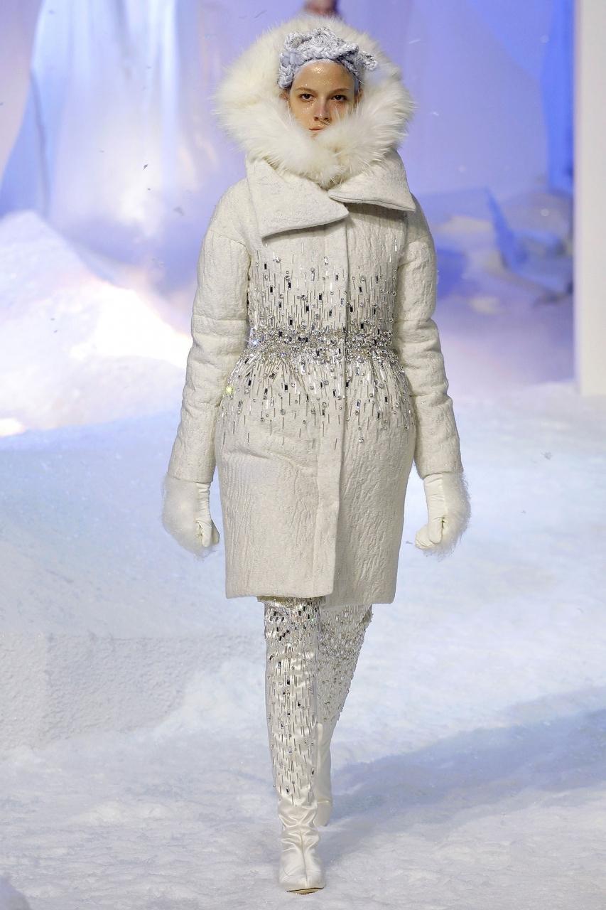 Невероятно красивая и модная модель пальто на синтепоне, усыпанное резличными украшениями – фото новинка в коллекции Moncler Gamme Rouge