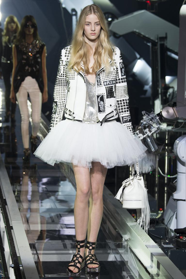 Белая короткая пышная юбка-пачка весна-лето 2016 – стильное сочетание с кожаной курткой, немного грубоватого стиля – коллекция Philipp Plein