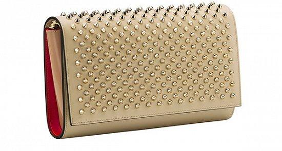 Бежевая сумка с шипами – идеальное дополнение любого образа. Вот так видит Кристиан Лабутен новый сногшибательный образ модниц.