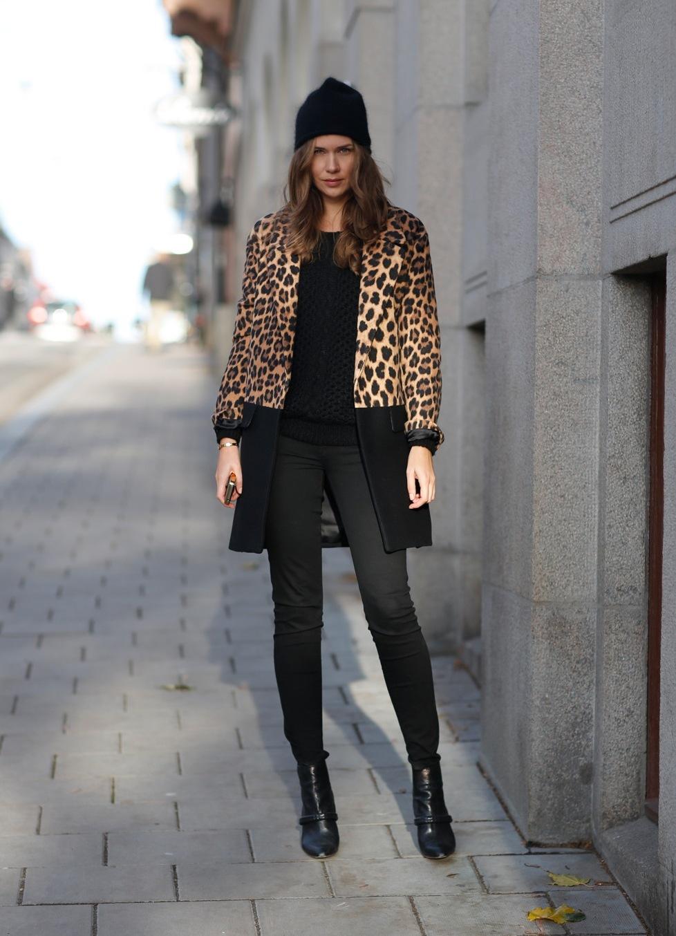 Оригинальное сочетание – стильное леопардовое пальто с шапкой бини