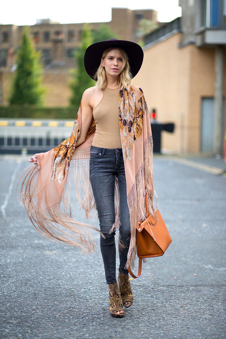 Шляпа с полями и роскошный платок составят прекрасный стиль бохо