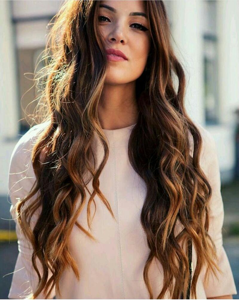 Длинные завитые волосы с естественным модным цветом волос 2016 – фото новинки сезона