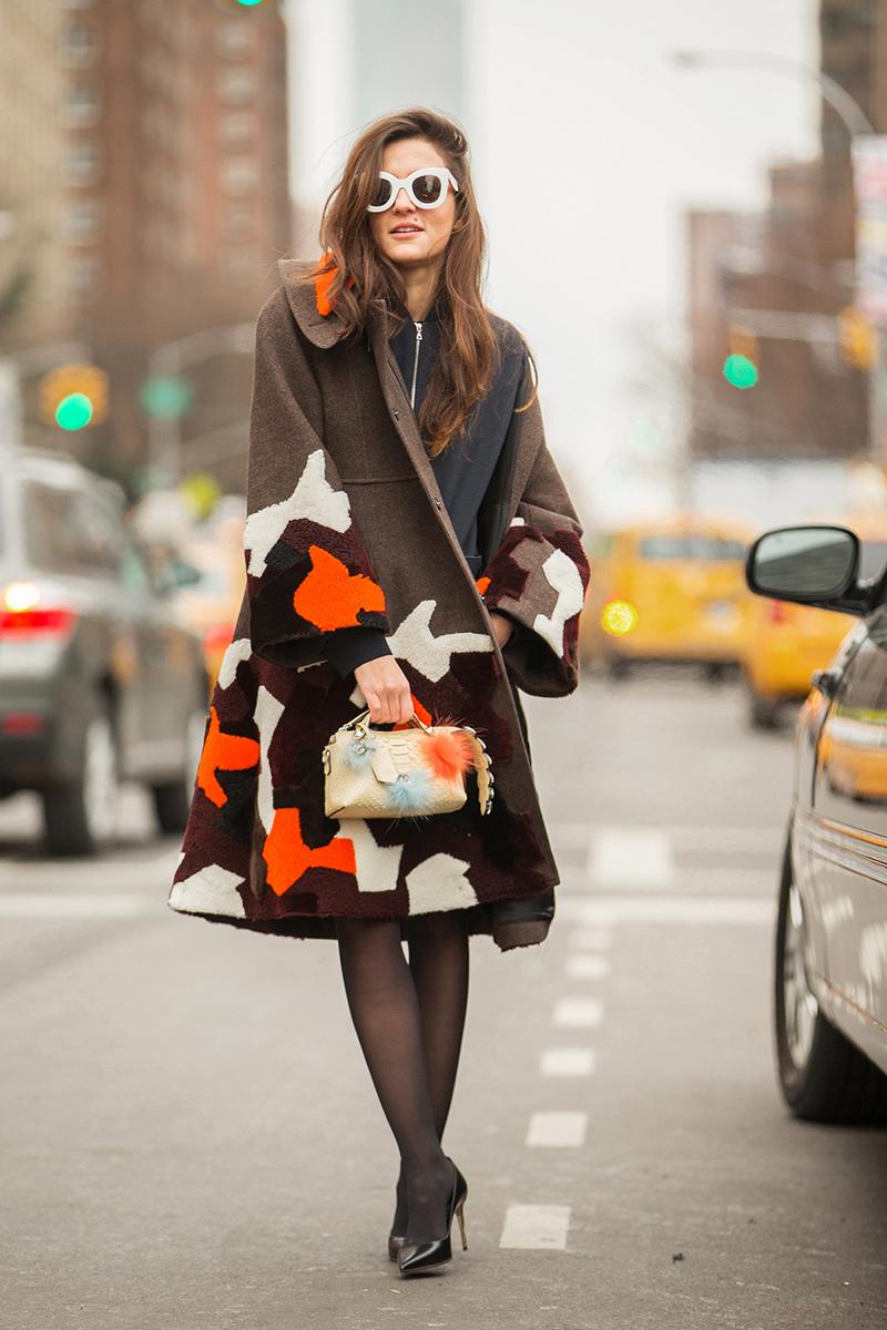 Модное драповое пальто с яркими рисунками – фото новинки и тренды сезона