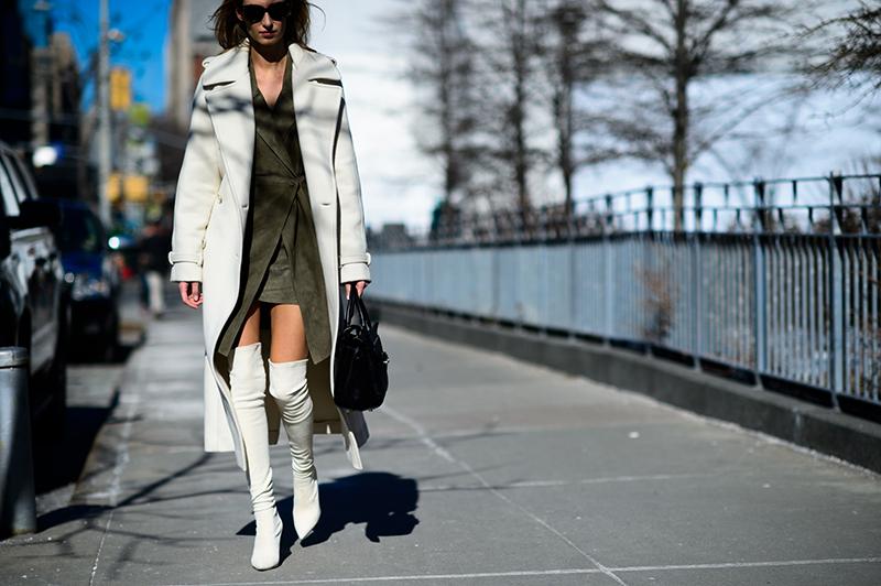 Длинное классическое белое драповое пальто - фото новинки и тренды сезона