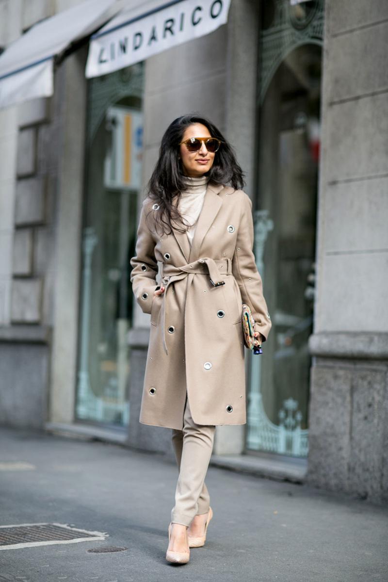 Бежевое модное драповое пальто на Неделе моды
