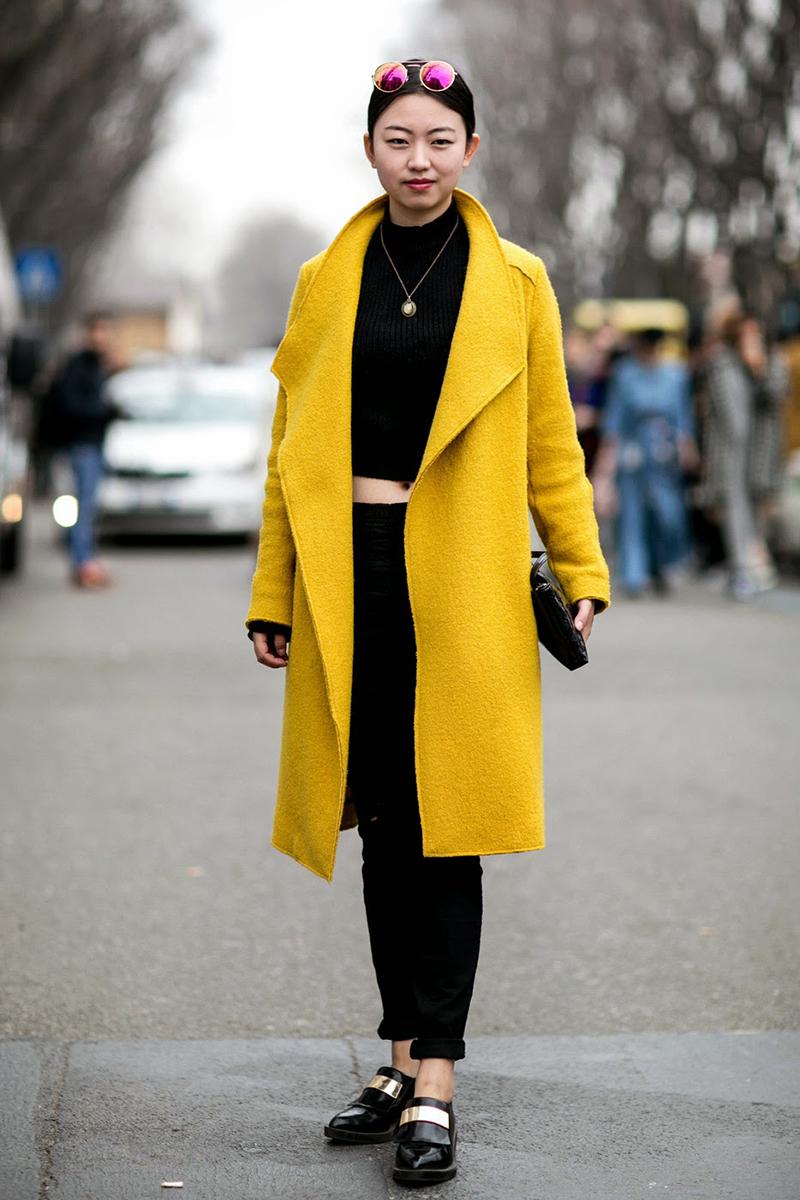 В этом сезоне популярны яркие модели драпового пальто