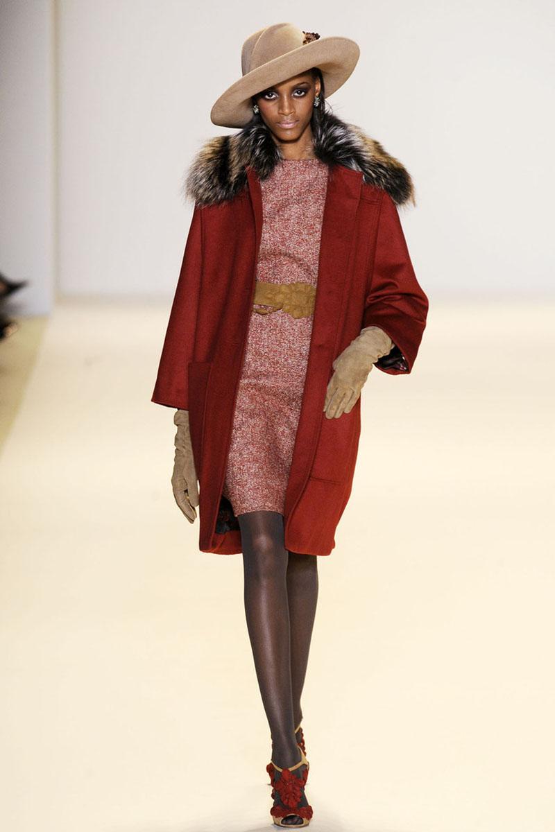 Элегантное шикарное драповое пальто с меховой отделкой и милой шляпкой – фото новинки и тренды сезона