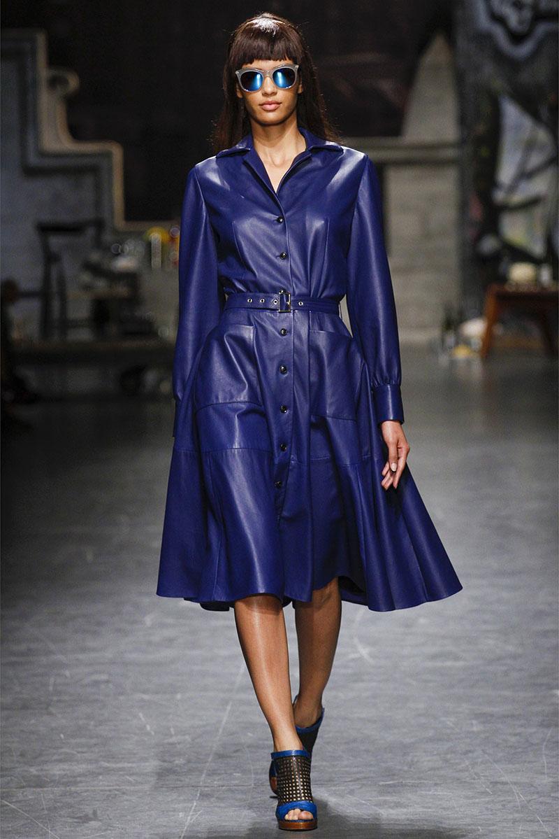 Длинное роскошное синее кожаное пальто. Обратите внимание, как богато смотрится синий цвет.
