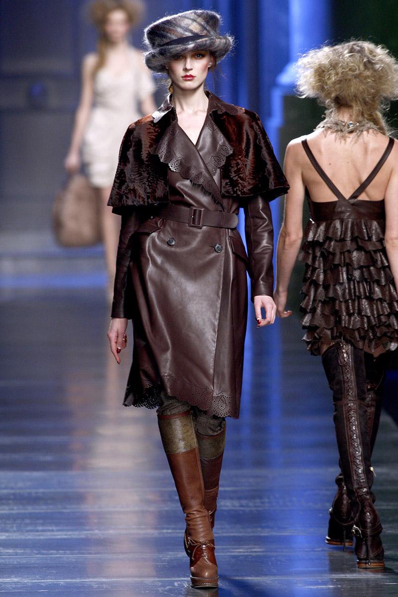 Оригинальная модель кожаного пальто с меховыми вставками на рукавах