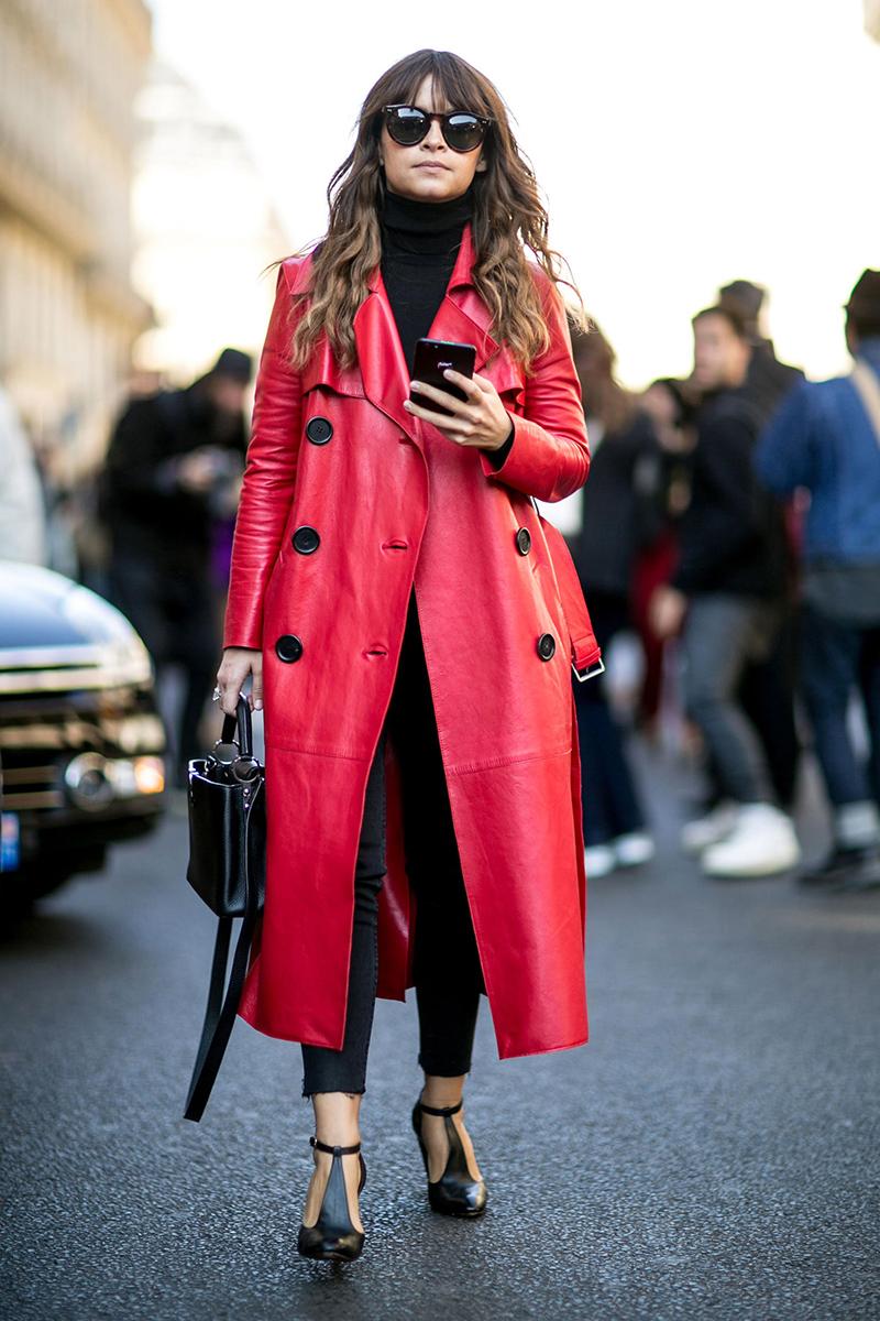 В этом сезоне актуальны длинные модели кожаного пальто и яркие цвета