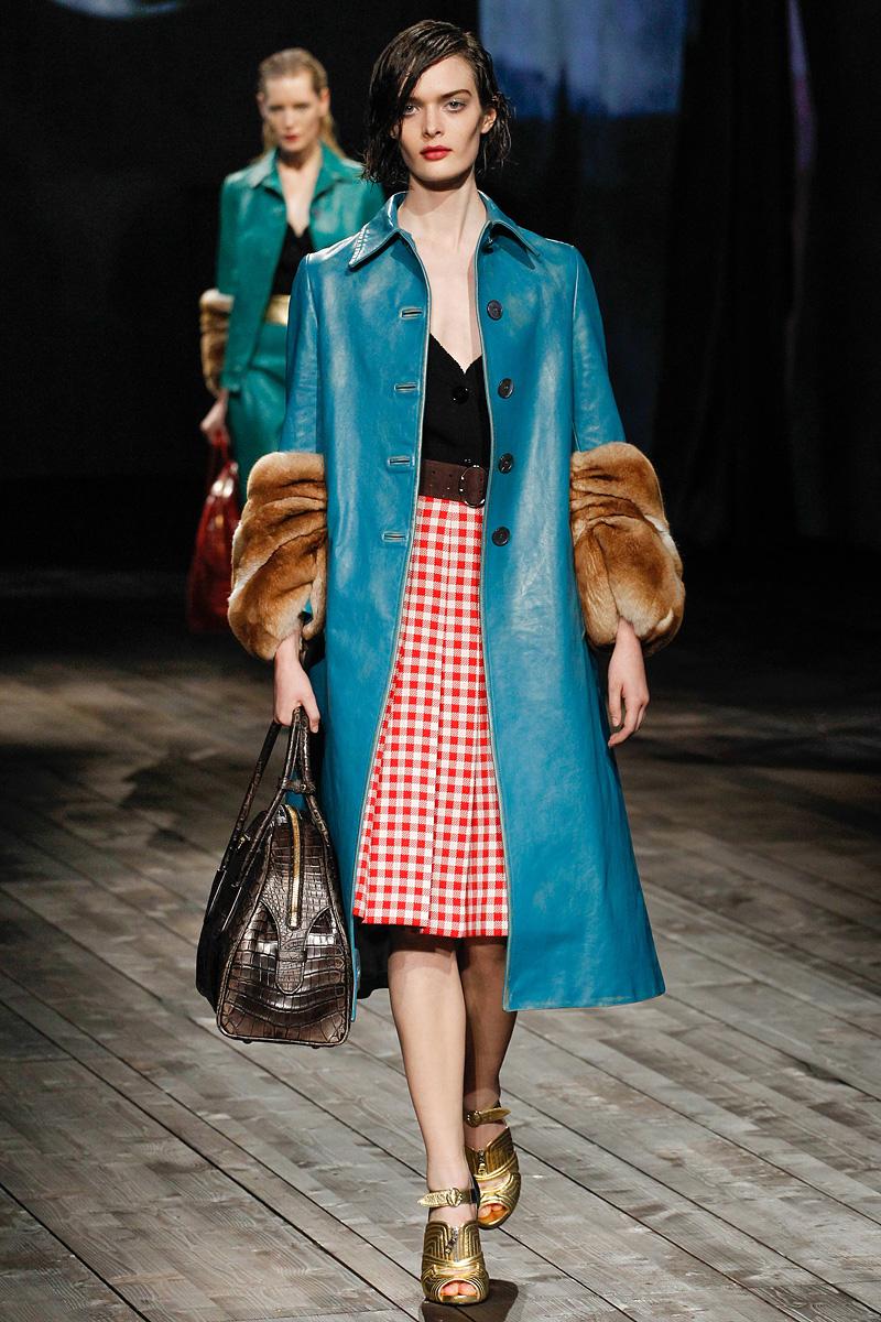 Модная модель кожаного пальто с меховыми украшениями на рукавах
