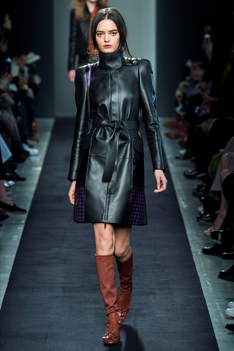 Классический вариант кожаного пальто с цветными вставками - фото новинки и тренды сезона