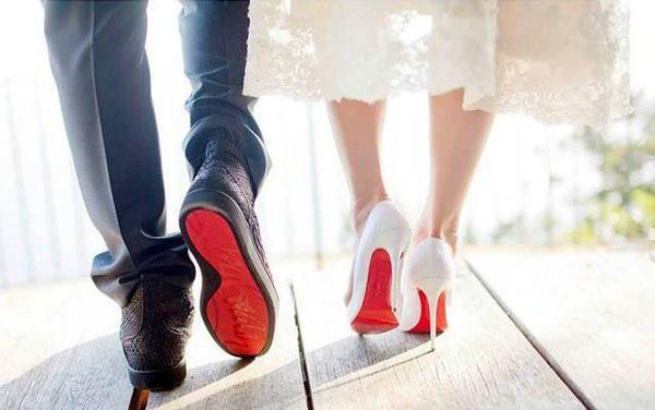 Красная подошва украшает не только женские туфли, но и мужские. В коллекции Лабутена – уж точно.