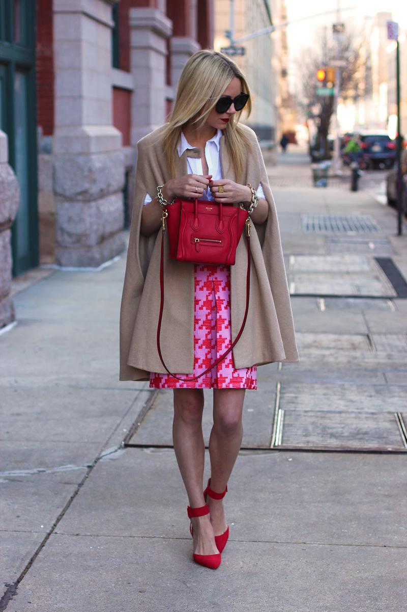 Розовая юбка в сочетании с туфлями красного цвета