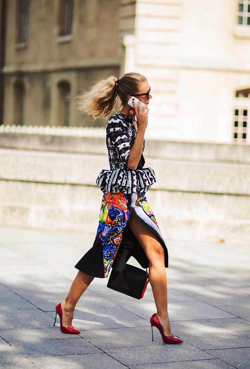 Цветная длинная юбка с красными туфлями - фото новинки и тренды сезона