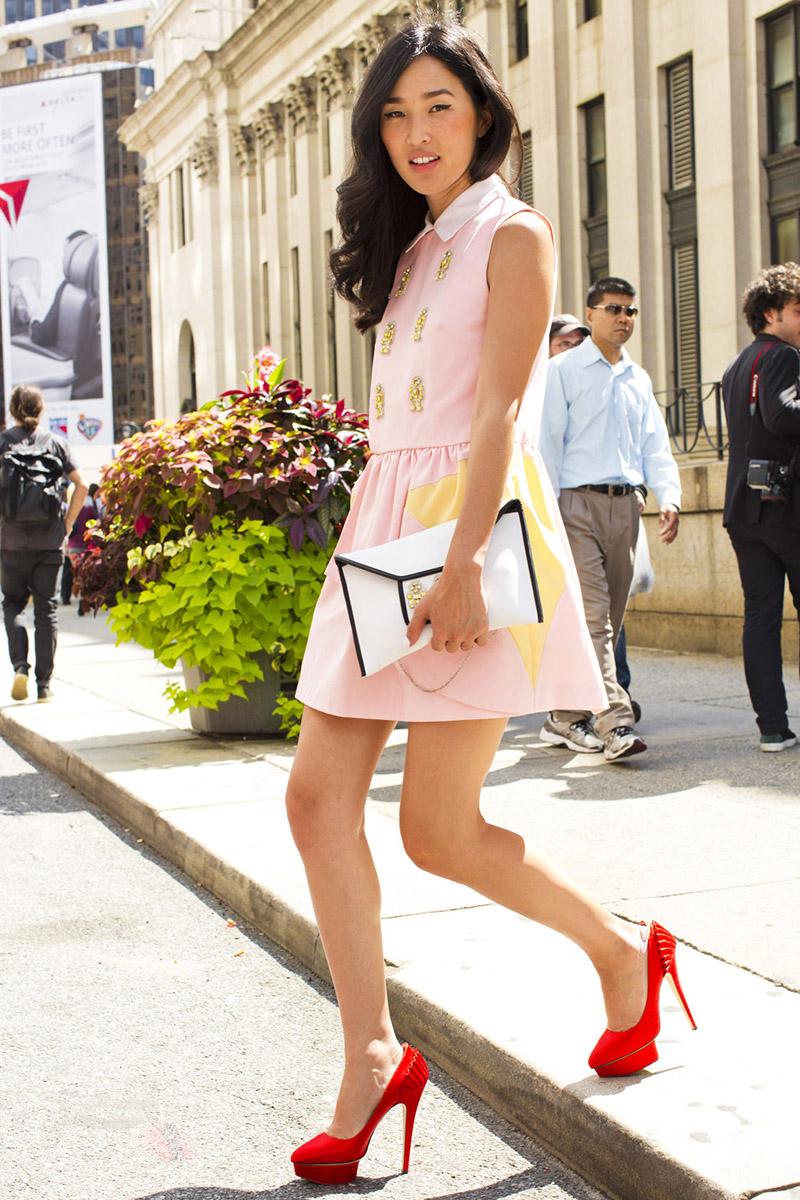 Фото новинки: короткое розовое платье с красным туфлями