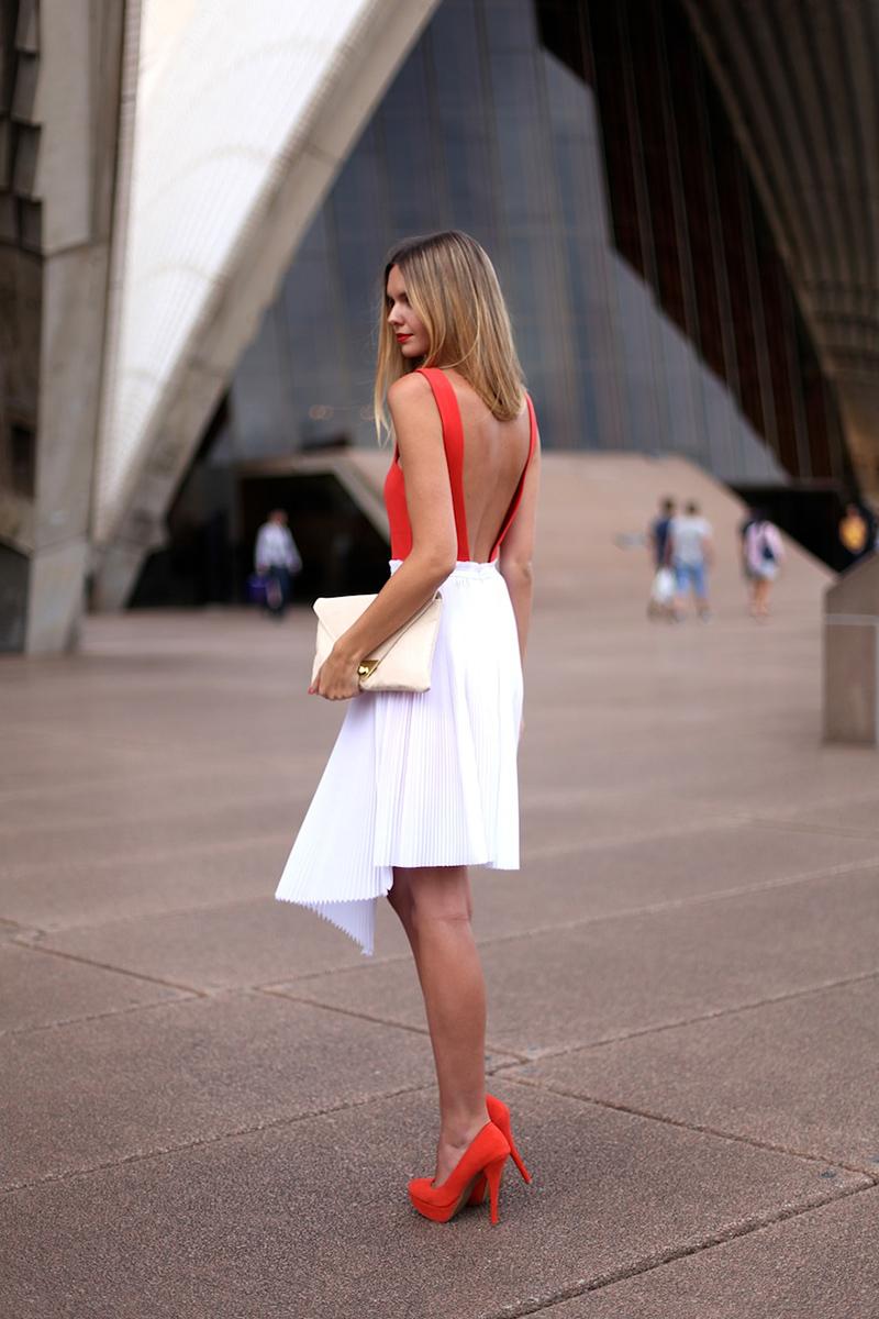 Сочетание красных туфель с белой юбкой – фото новинки и тренды сезона