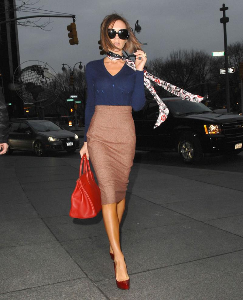 Бежевая юбка с красными туфлями - фото новинки и тренды сезона