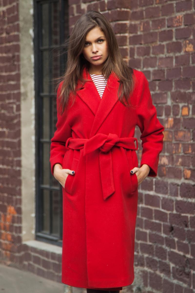Длинное красное пальто с поясом – фото новинки и тренды этого года