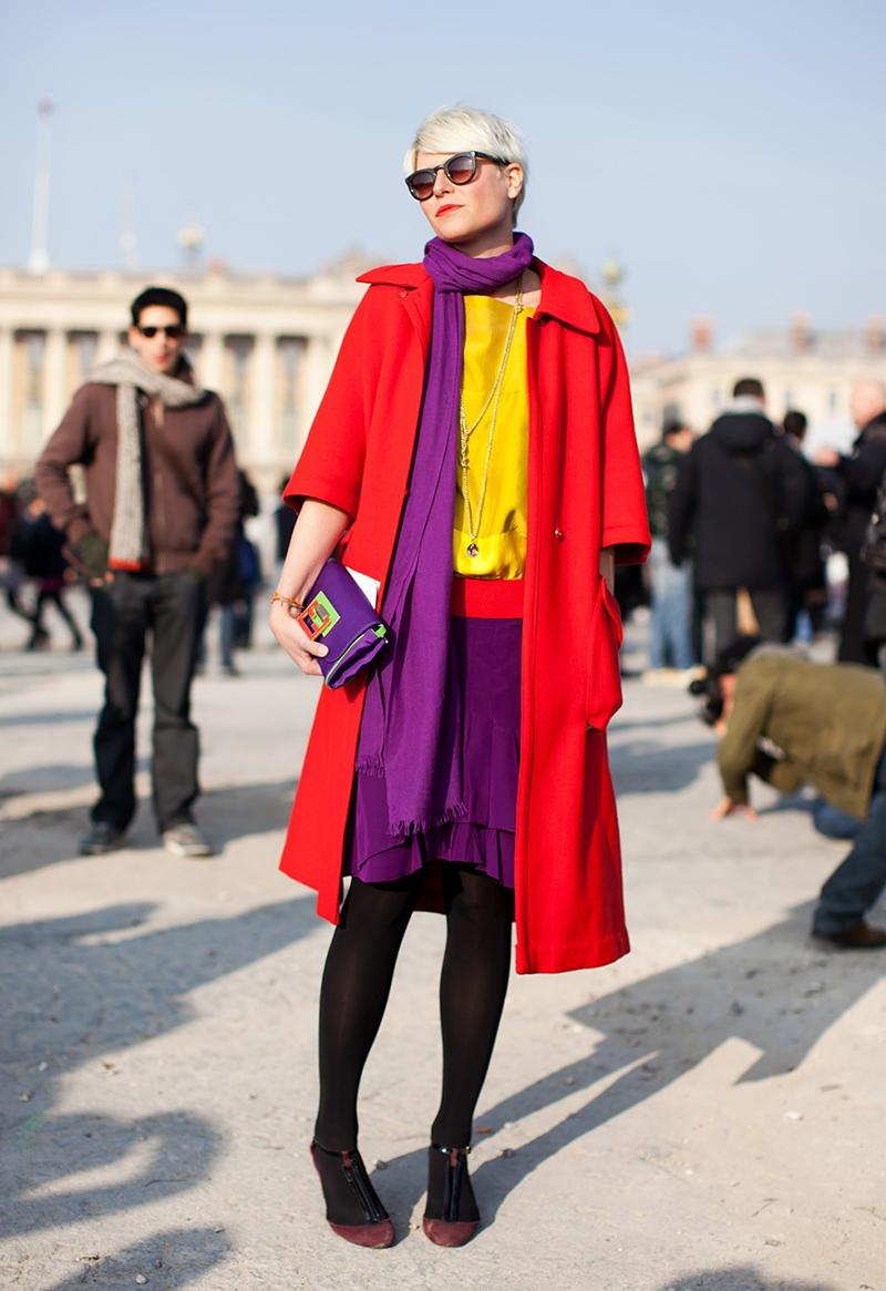Фото модного длинного красного пальто