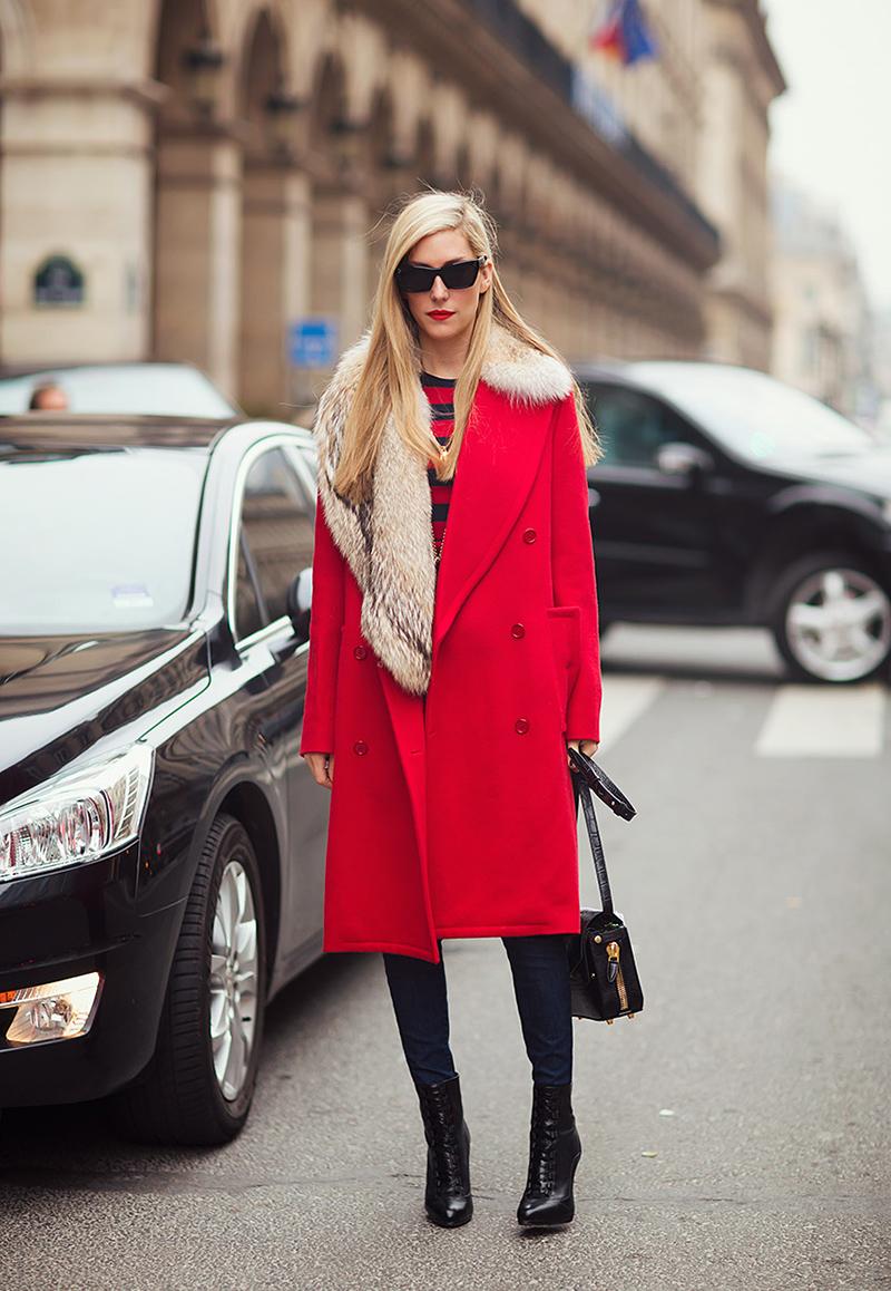 Красное пальто с меховым воротником - фото новинка этого года