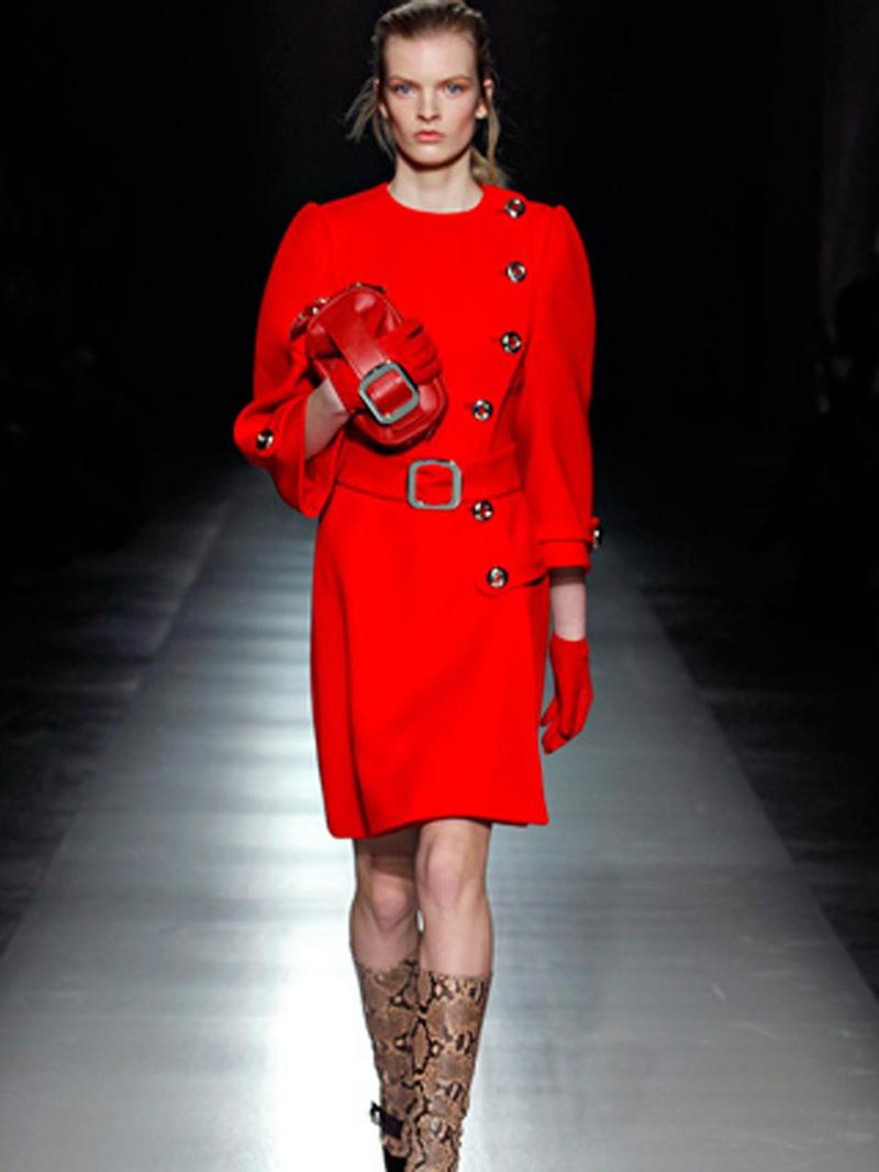 Модный показ красного пальто