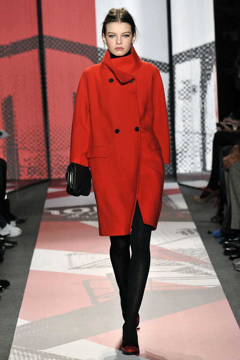 Фото новинки классического красного пальто