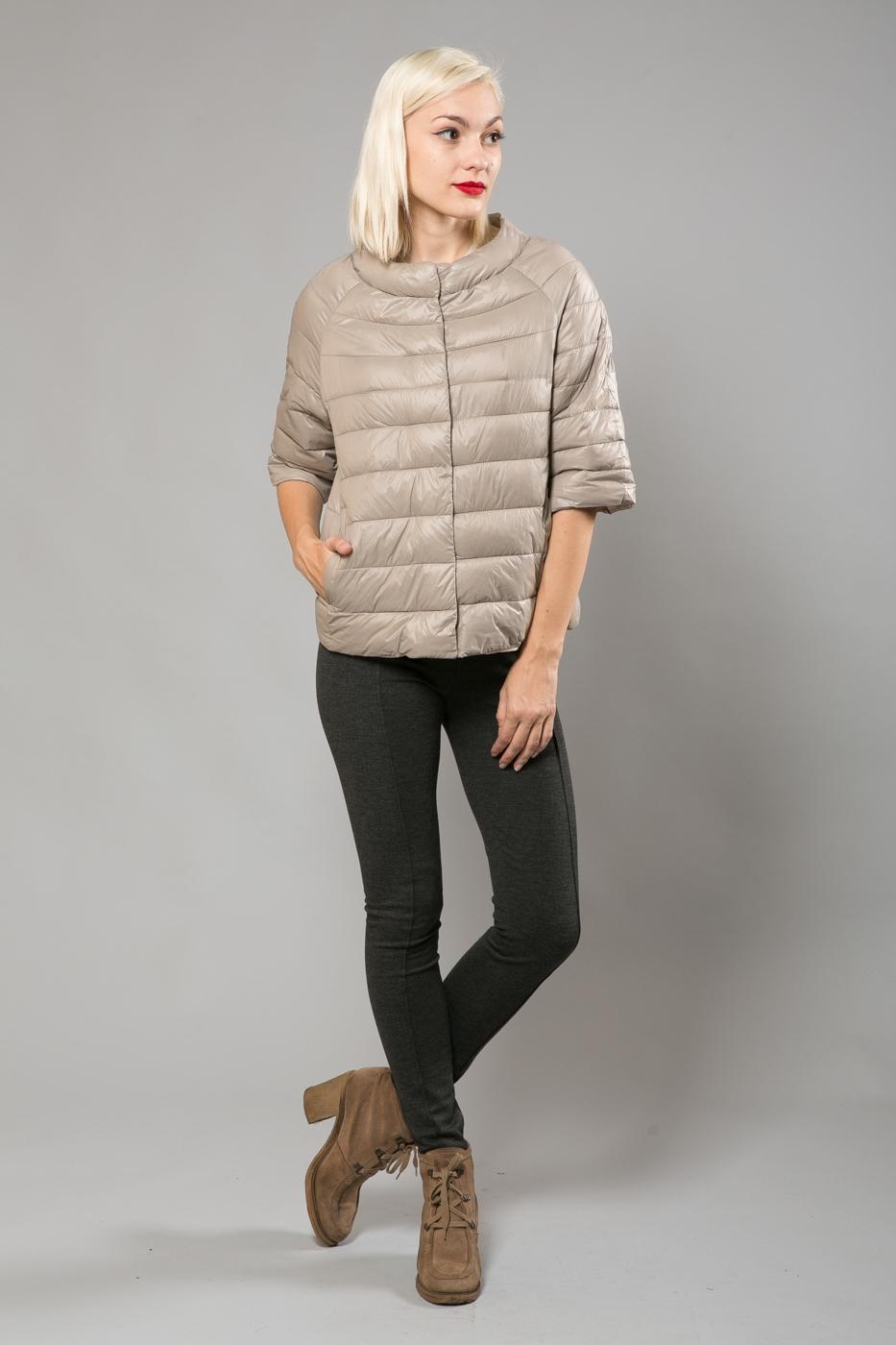 Светлая куртка трапеция с коротким рукавом – не очень практичная, но вполне привлекательная модель