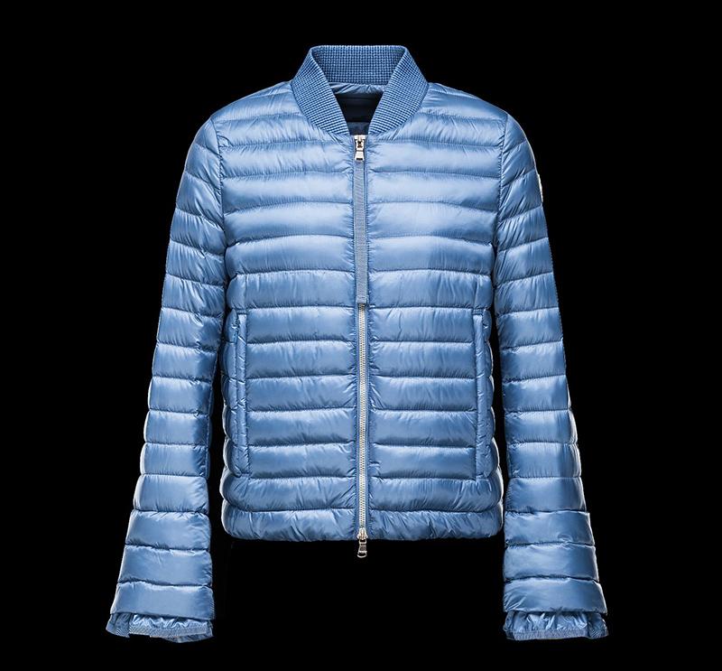 Голубая женская куртка с расклешенными рукавами – модная новинка в коллекции Moncler
