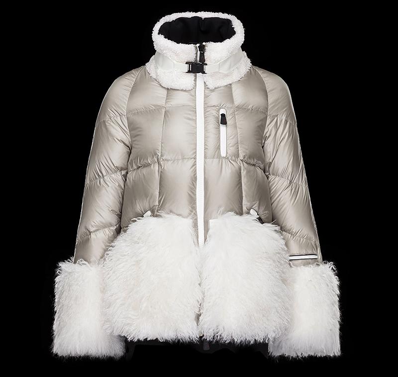 Модная женская куртка Монклер серебристого цвета с богатым мехом