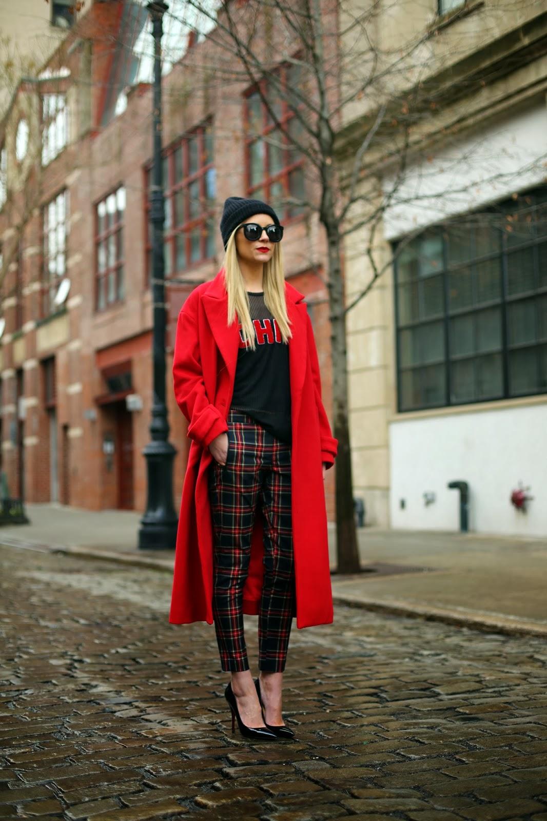 Красное длинное пальто оверсайз с брюками в клетку – фото новинки и тренды сезона