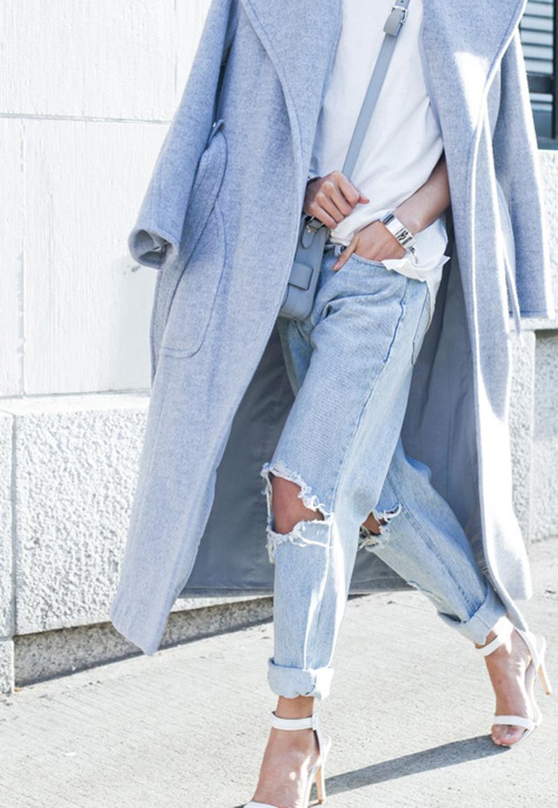 Пальто оверсайз в сочетании с рваными джинсами бойфрендами