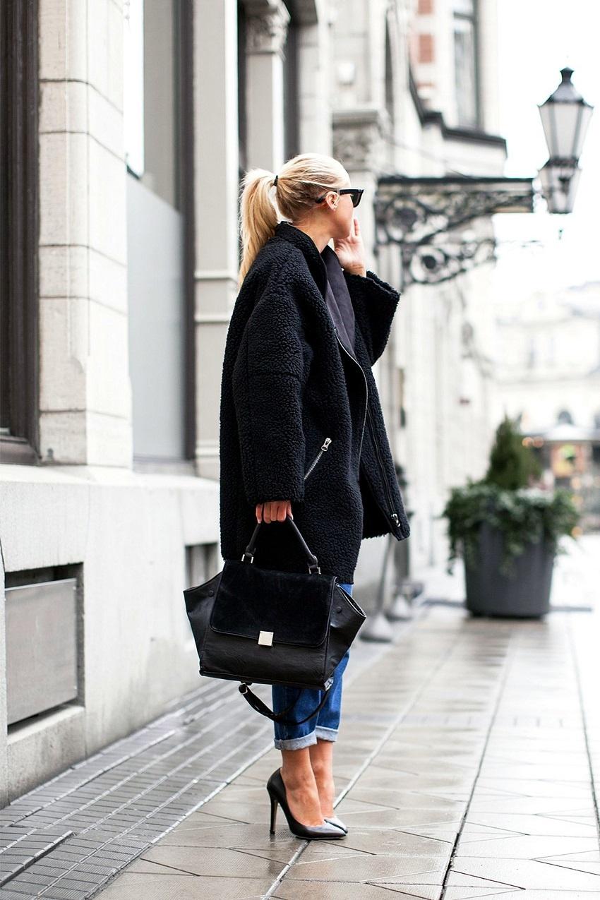 Яркий пример, как грубое пальто оверсайз составляет нежный женственный образ