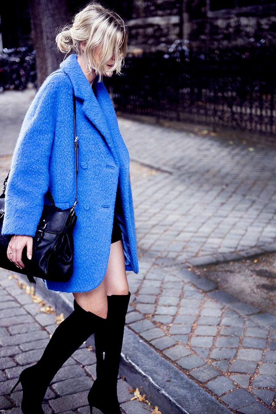 Короткое голубое пальто оверсайз – невероятно удобно и стильно