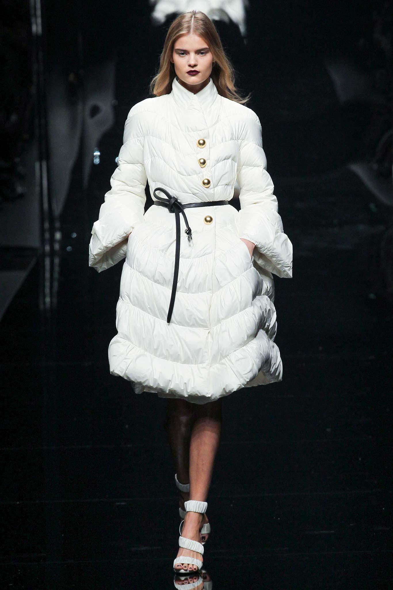 Модное белое дутое пальто на синтепоне – фото новинки и тренды сезона