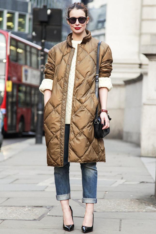 Оригинальная модель пальто на синтепоне – коричневое, длинное и по-интересному стеганное.