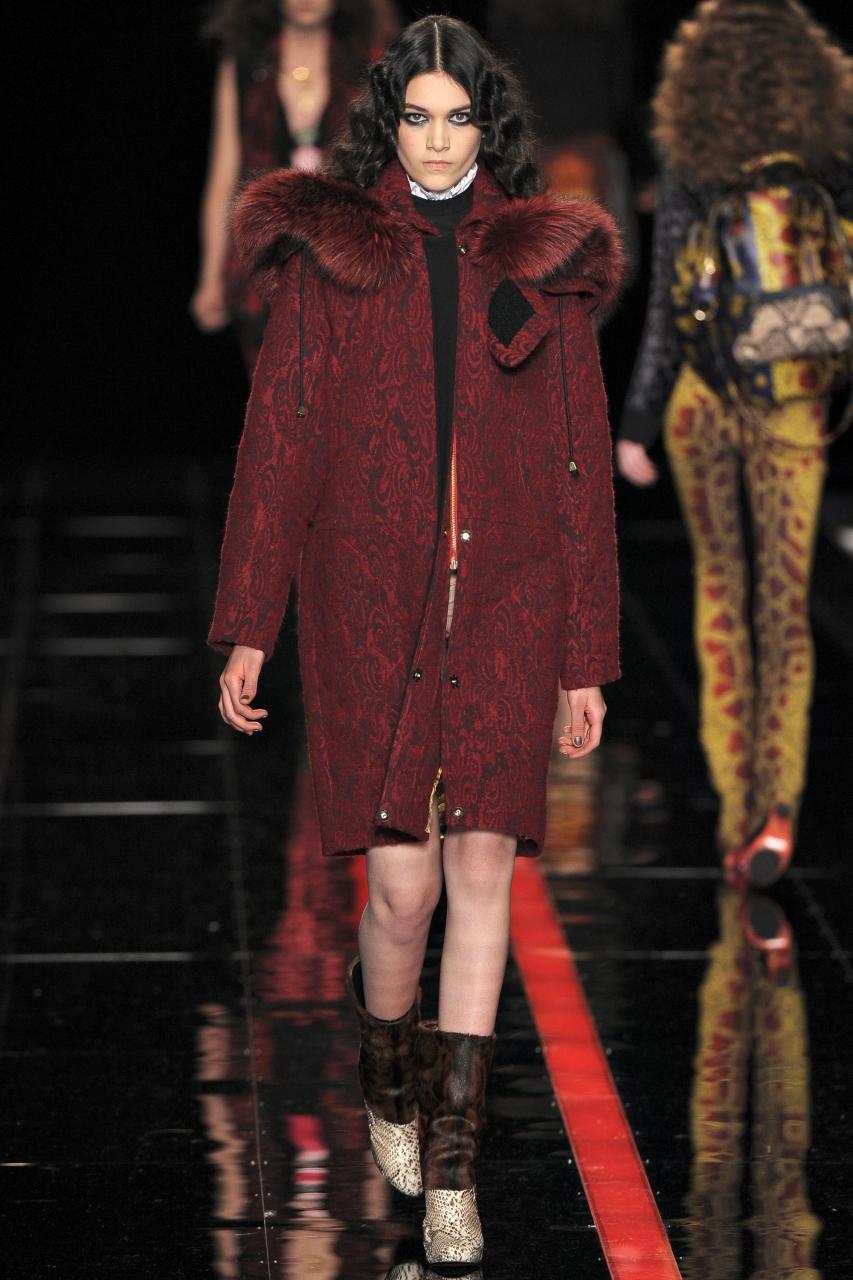 А как на счет бордовых оттенков и вензельных рисунков? Довольно сложно, но в этом что-то есть. Пальто на синтепоне с возвратом в прошлое – стильный ретро-стиль.