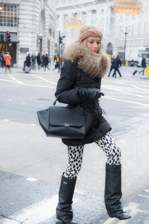 Классическое черное пальто на синтепоне, украшенное большим мехом – фото новинки и тренды сезона